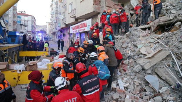 Спасителните екипи работят денонощно в търсене на оцелели от земетресението
