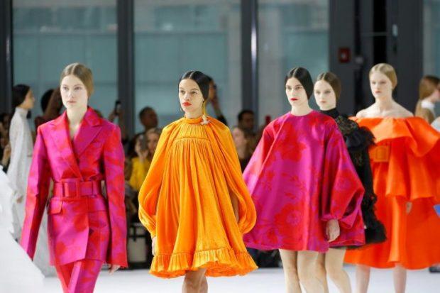 """Изблик на цветове в шоуто на модна къща """"Каролина Ерера"""" в Ню Йорк"""