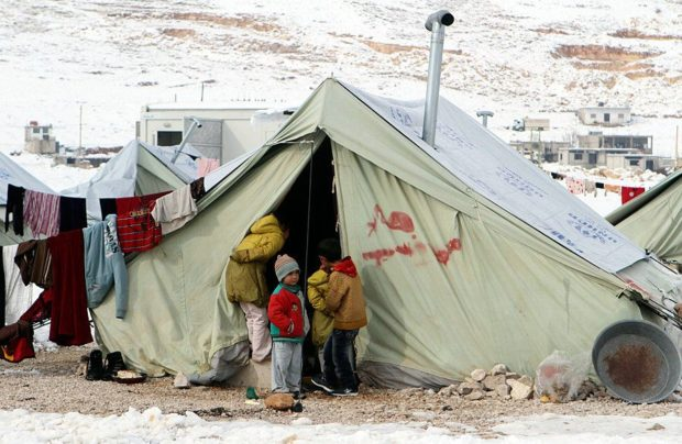 Стотици сирийски деца бедстват в импровизирани палаткови лагери при температури под нулата