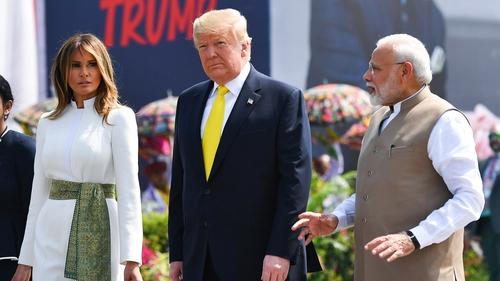 Тръмп пристигна на двудневно посещение в Индия, чакат го трудни разговори с Моди