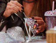 Дизайнер от Йордания украсява медицински маски с кристали и перли
