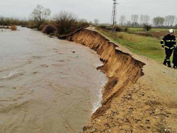 Обилните валежи разрушиха дигата на река Марица при Ветрен