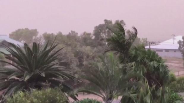 Мощна буря вилнее из Западна Австралия, хиляди без ток