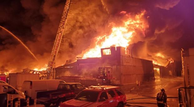 Мощен пожар изпепели голяма част от популярния Рибарски пристан в Сан Франциско