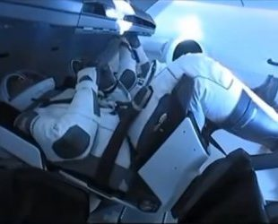 Космическият кораб Дракон на SpaceX успешно се скачи с Международната космическа станция