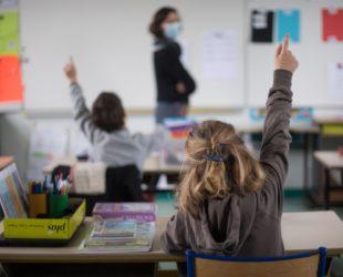 Обсъждат връщането на по-големите ученици в присъствена форма на обучение