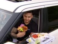 Ресторант сервира на паркинга, за да не загуби редовните си клиенти
