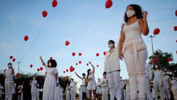 Стотици балони полетяха в небето над Бразилия в памет на жертвите на COVID-19