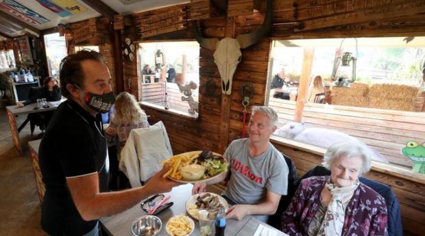 Белгия отвори кафенетата и ресторантите, хората се върнаха предпазливо в тях