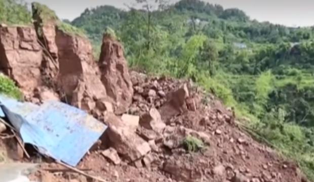 Проливни дъждове предизвикаха свлачища в Китай
