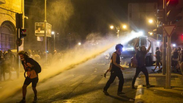 Стотици ранени при сблъсъци между палестинци и израелската полиция в Йерусалим