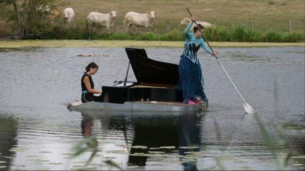 Плаващо пиано шоу във френската провинция вдъхва надежда и сила