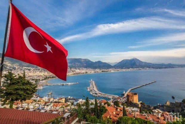 Турция започна масова ваксинация на населението, здравният министър Фахреттин Коджа бе пръв