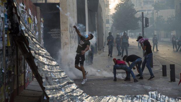 Протестиращи обстрелваха полицията в Бейрут с фойерверки, кабинетът подаде оставка