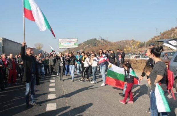 Напрежение и на път Е-79, където протестиращи направиха опит за блокада