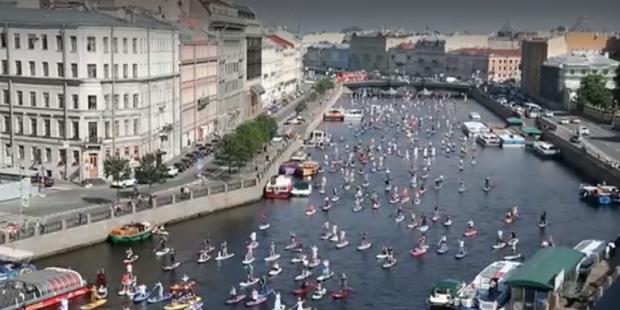 Хиляди приказни и филмови герои плаваха по каналите на Санкт Петербург