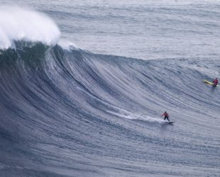 """Двама американски сърфисти взеха награда за преодоляване на """"чудовищна вълна"""" в Тихия океан"""