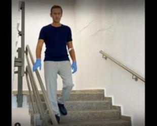 Навални пусна снимка как ходи по стълби в болницата