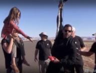 Илюзионистът Дейвид Блейн полетя с балони над пустинята в Аризона