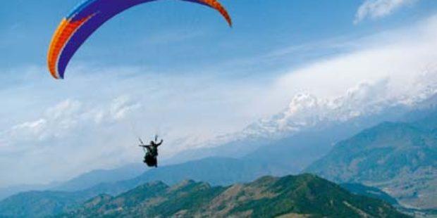 Турски парапланерист летя в небето, легнал в легло