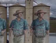 Австралийски художник изрисува 3 силоза с човек, който търси вода с пръчки