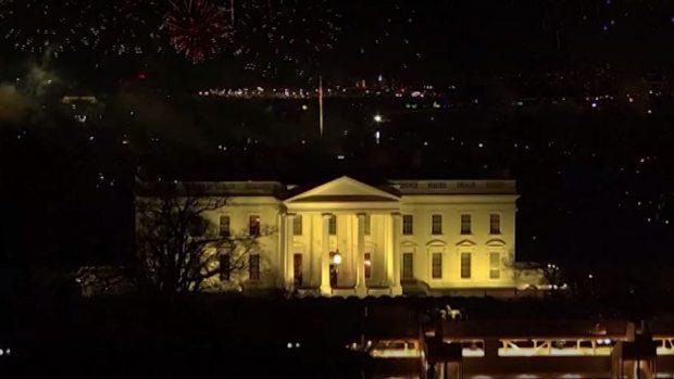С фойерверки посрещнаха Джо Байдън в Белия дом, протести в Портланд