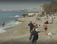 Гърците изпълниха плажовете заради необичайно гореща вълна от близо 30 градуса