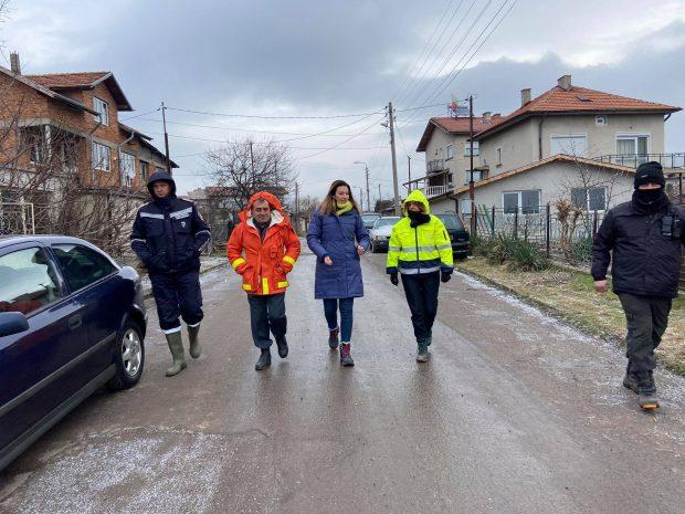 Продължава изпомпването на вода от къщи в Мировяне и Требич