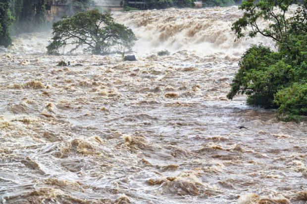 Обстановката остава усложнена заради преливането на реки и изпускането на язовири