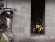 Френски кадети се обучават редом с усъвършенствани роботи
