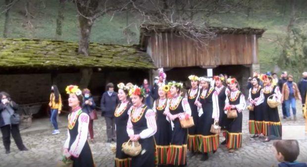 """В етнографския музей """"Етъра"""" пресъздадоха обичая """"Лазаруване"""""""