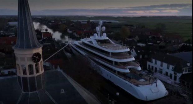 94-метрова яхта премина през тесните канали на Нидерландия