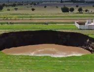 Гигантска мистериозна дупка, почти 100 метра, се отвори в земеделски земи в Мексико