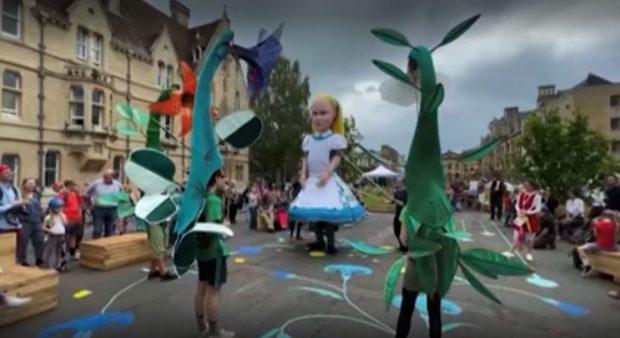 """В Оксфорд отбелязаха с парад 150 години от публикуването на """"Алиса в Огледалния свят"""""""