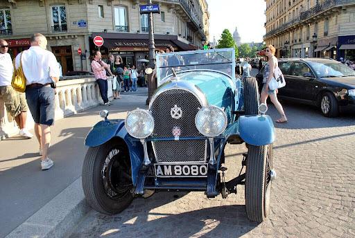 Стотици ретро автомобили дефилираха по улиците на Париж