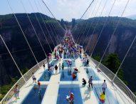 Търсачи на силни усещания скачат с бънджи от най-високия стъклен мост в света