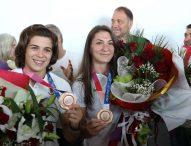 С усмивки и радост България посрещна шампионките по борба