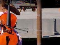 Необикновена лодка с формата на цигулка плава във Венеция