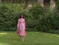 Дизайнерът Бора Аксу привнесе цвят на модния подиум в Лондон