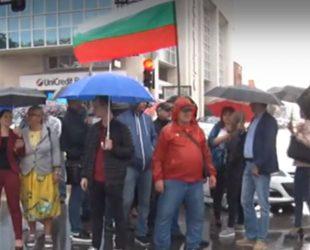 Протест срещу високите цени на стоките и горивата блокира частично центъра на София
