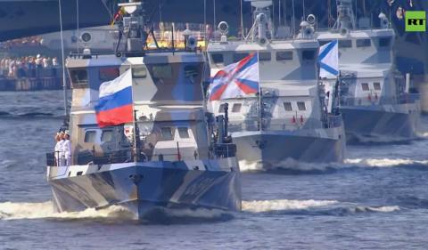 Зрелищен парад с многоцветни лодки събра стотици зрители в руската столица Москва