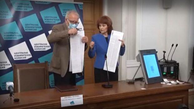 ЦИК показа бюлетините за вота и гласуването с машина